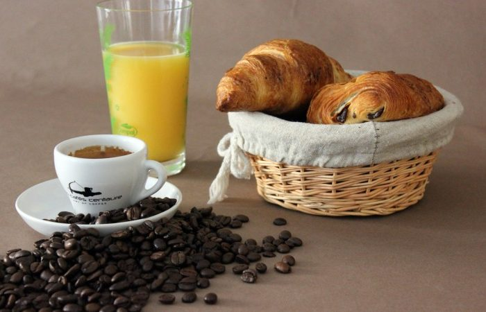 deluxe-bar_cafe_croissants-710x450